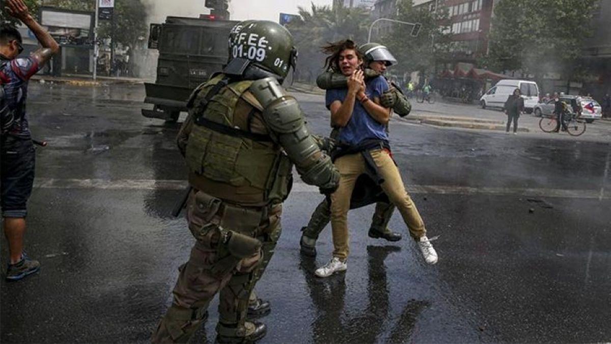Batalla campal en Santiago y amplían toque de queda