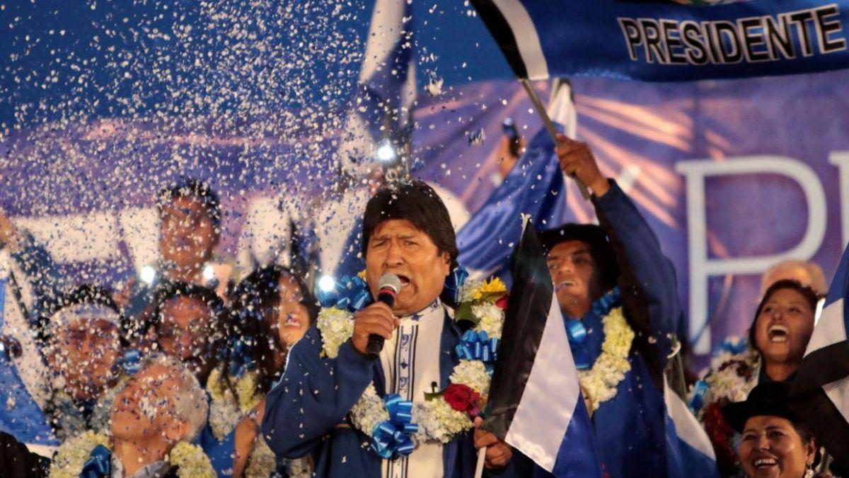 Evo Morales anunció su triunfo en las elecciones y acusó a la derecha de incitar a la violencia.