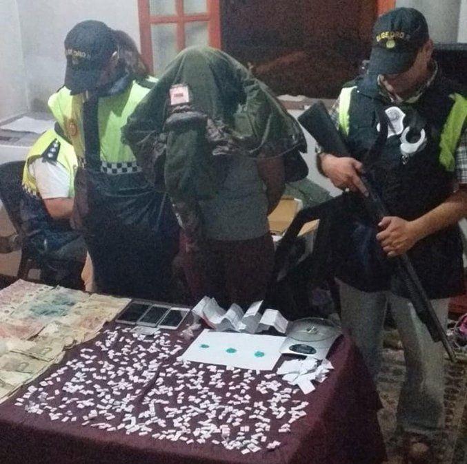 Parte de la droga incautada y los detenidos.
