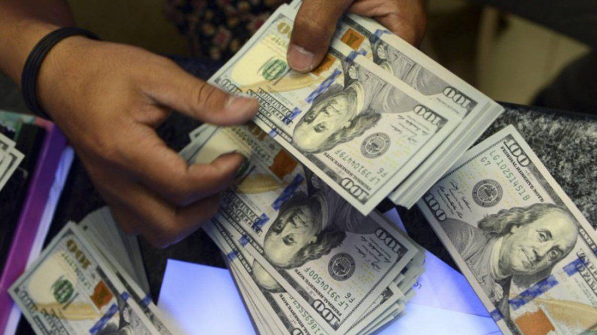 Tensión cambiaria: el dólar volvió a subir y cerró a $65