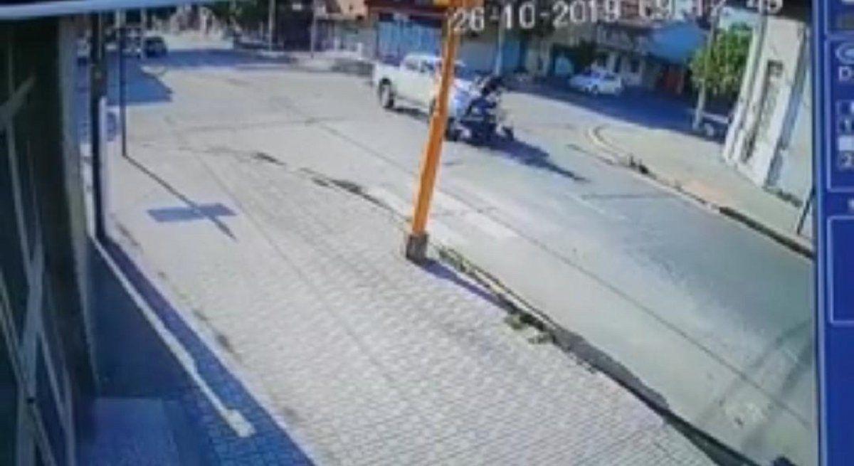 Camioneta se llevó puesta a una moto con dos ocupantes