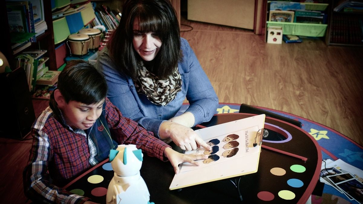 Ayuda en las tareas escolares, mejora el aprendizaje en niños autistas y enseña programación