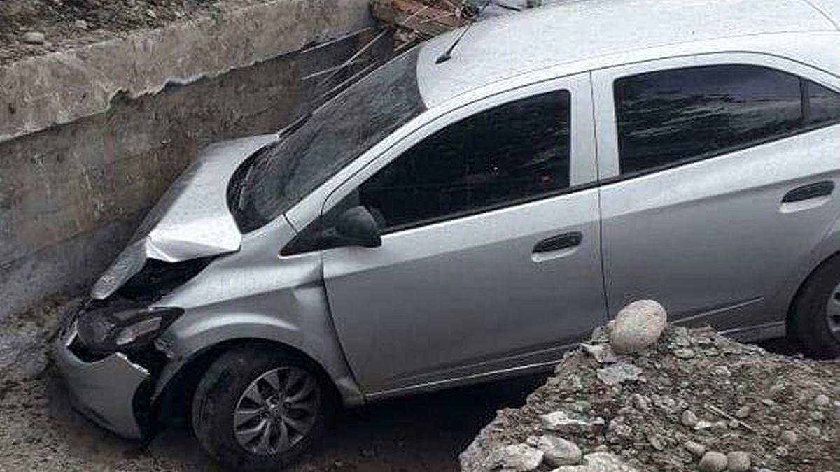 Concepción: un auto cayó a un canal en construcción
