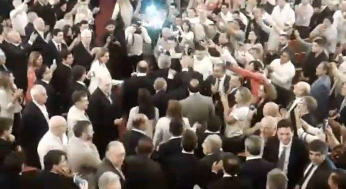 VIDEO Así fue el ingreso de Manzur y Fernández al teatro Mercedes Sosa