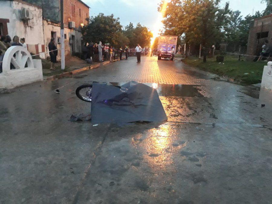 Un menor manejaba una moto, chocó con un camión y murió