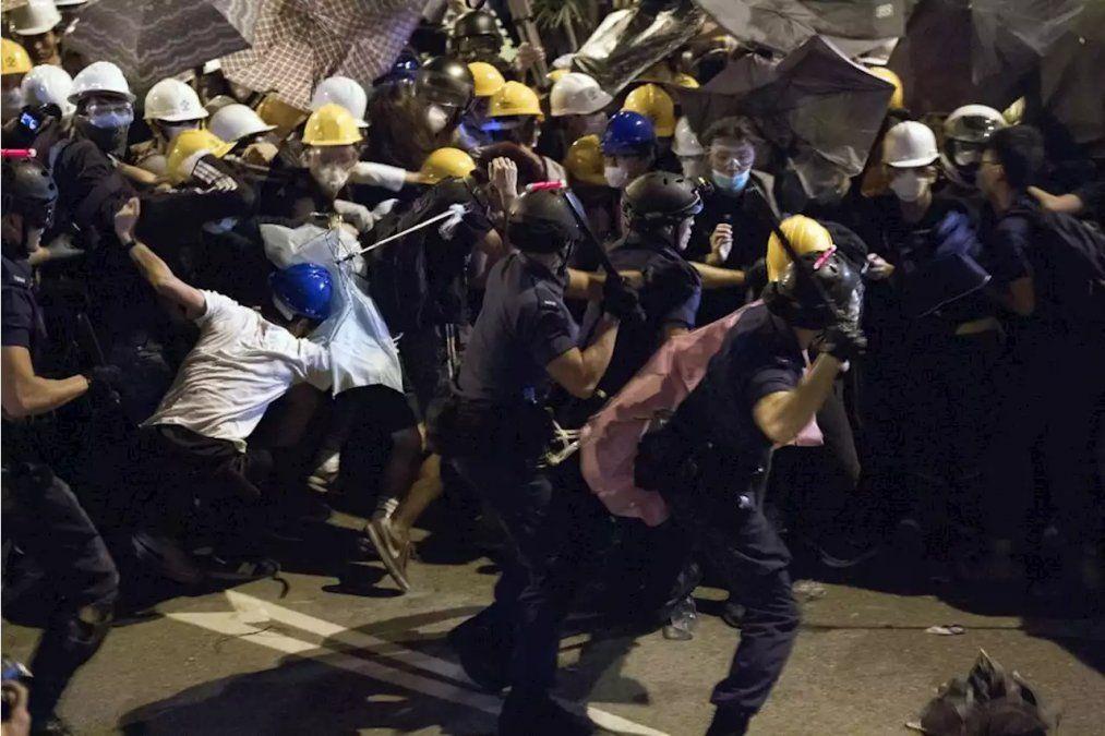 La policía reprimió una  una multitudinaria protesta