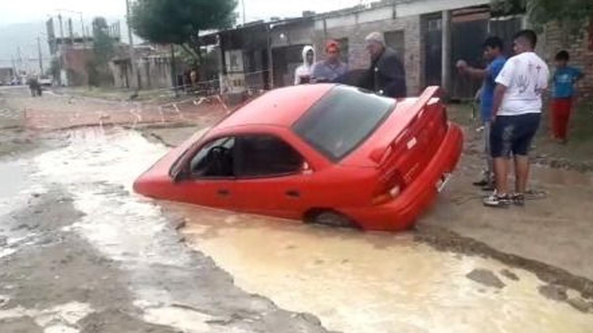 Tras las lluvias, un auto se hundió en un pozo