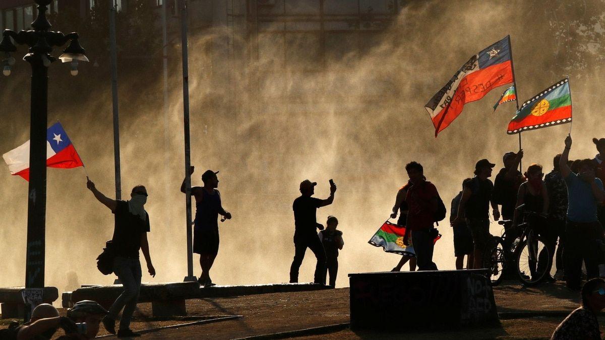 Manifestantes con las banderas mapuche y chilena durante una manifestación en Santiago este domingo