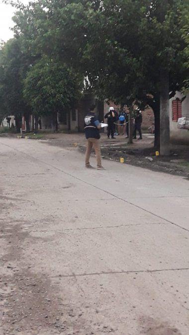 Policías trabajando en el lugar.