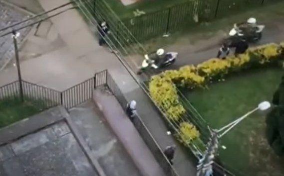 El escape de un manifestante que elude a los carabineros en Chile