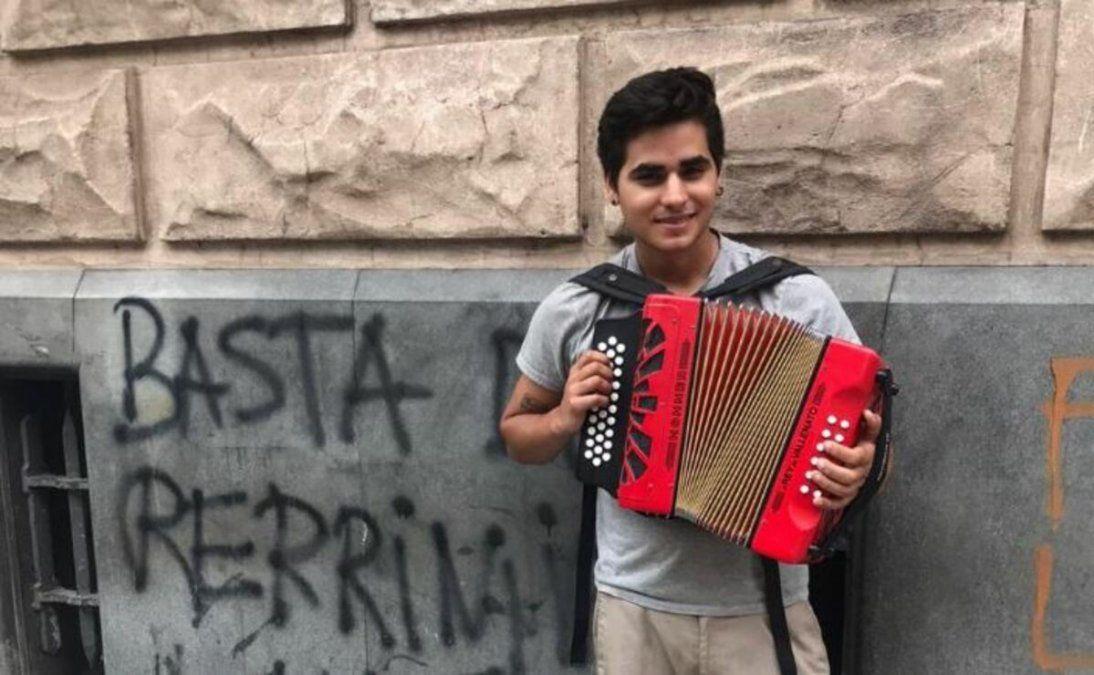 Un joven venezolano hace sonar su acordeón con puro vallenato.