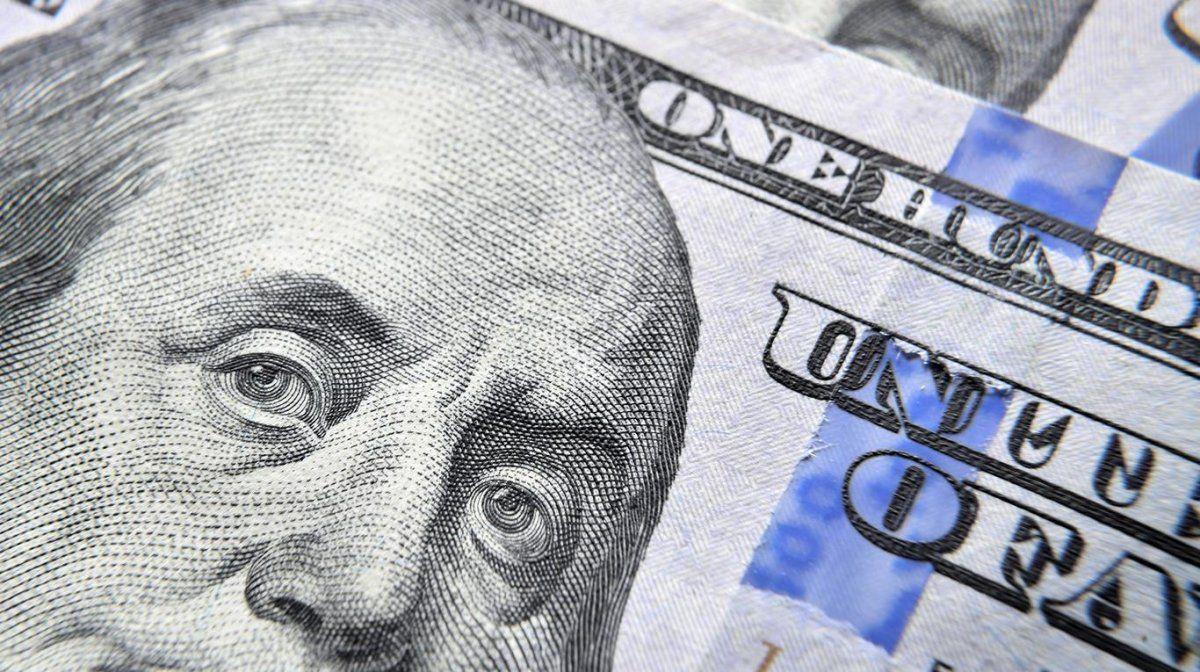 El dólar bajó una barrera en el regreso de las operaciones