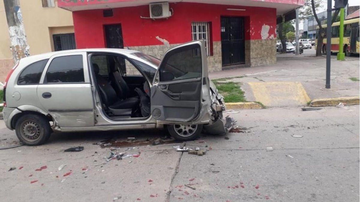 Así quedó el auto que chocó para que su ex no se llevara sus pertenencias.