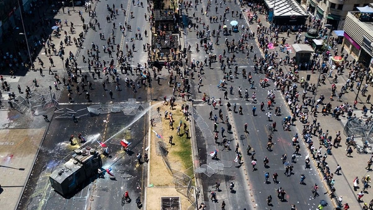 Continúan los violentos incidentes entre manifestantes y carabineros