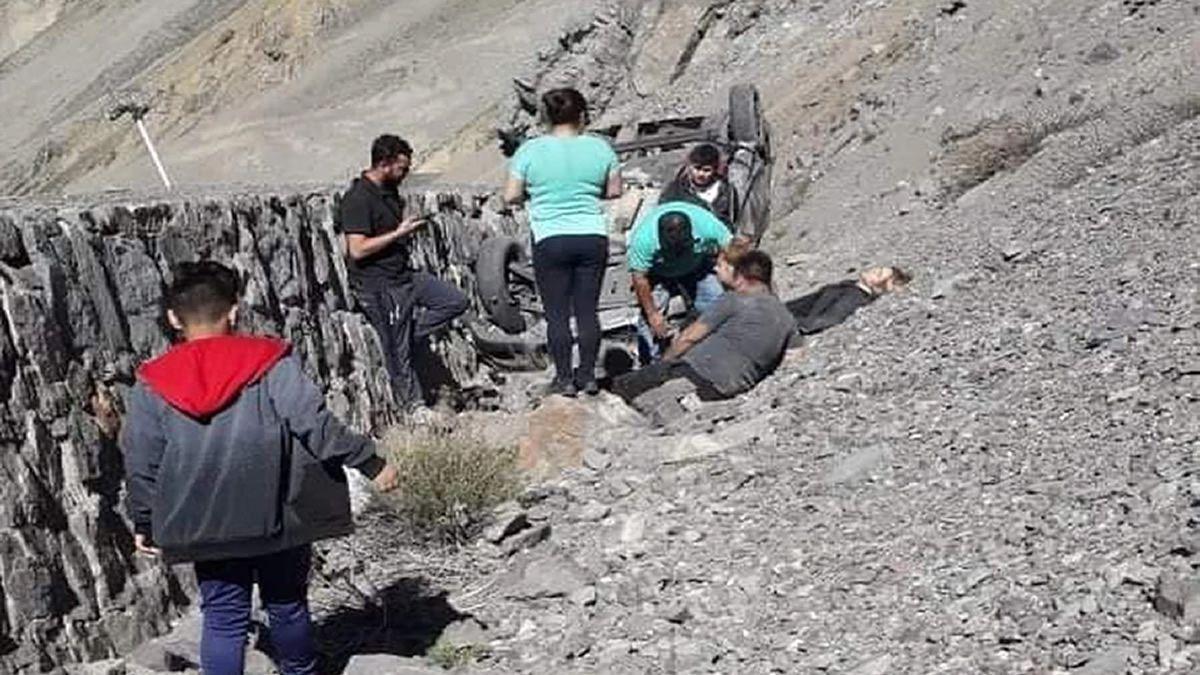 Argentinos desbarrancaron y cayeron siete metros con su auto en Chile