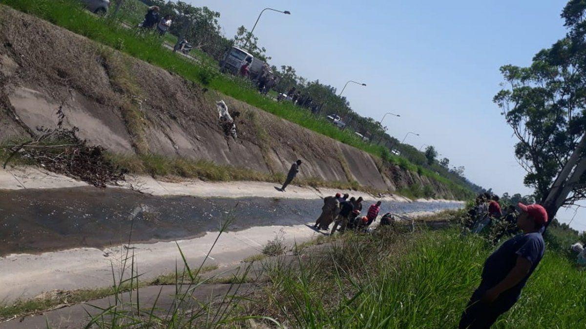 Un auto cayó al canal del Camino de Sirga