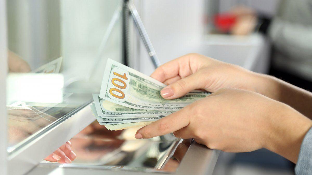 Los depósitos en dólares cayeron casi un 20%
