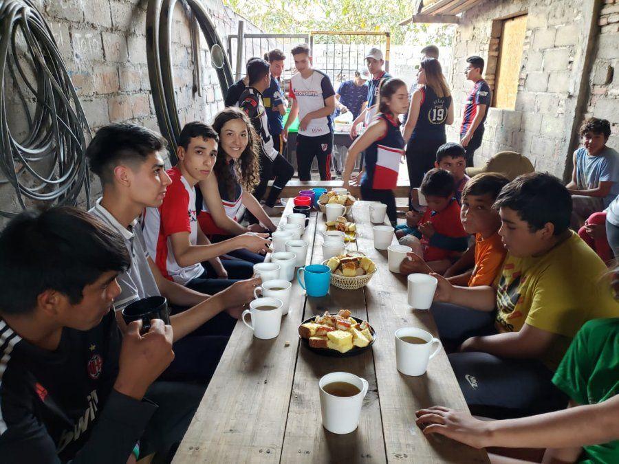 Los estudiantes compartieron una meriendas con los chicos que asisten almerendero.