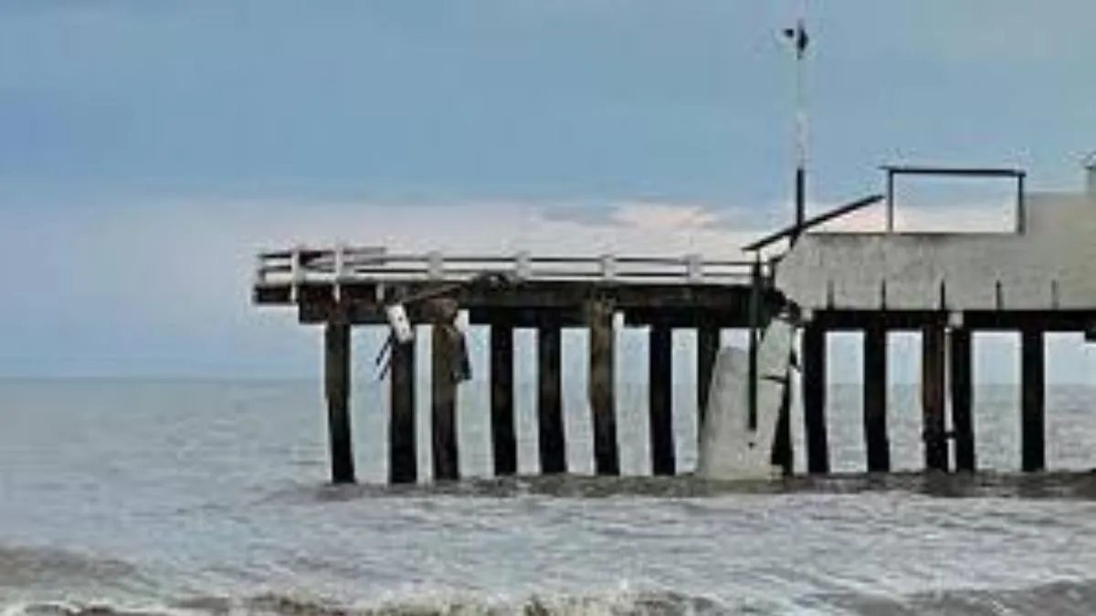 Se derrumbó un muelle y tres pescadores cayeron al mar