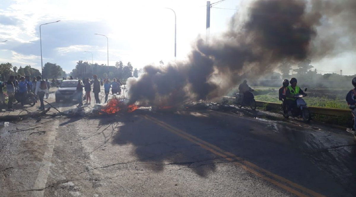 Caos vehicular: los puentes Lucas Córdoba y Barros permanecen cortados