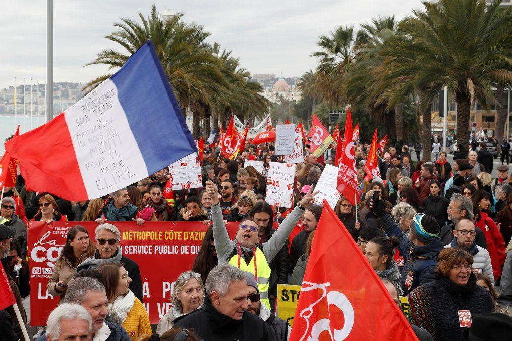 Manifestantes flamean banderas contra la reforma previsional