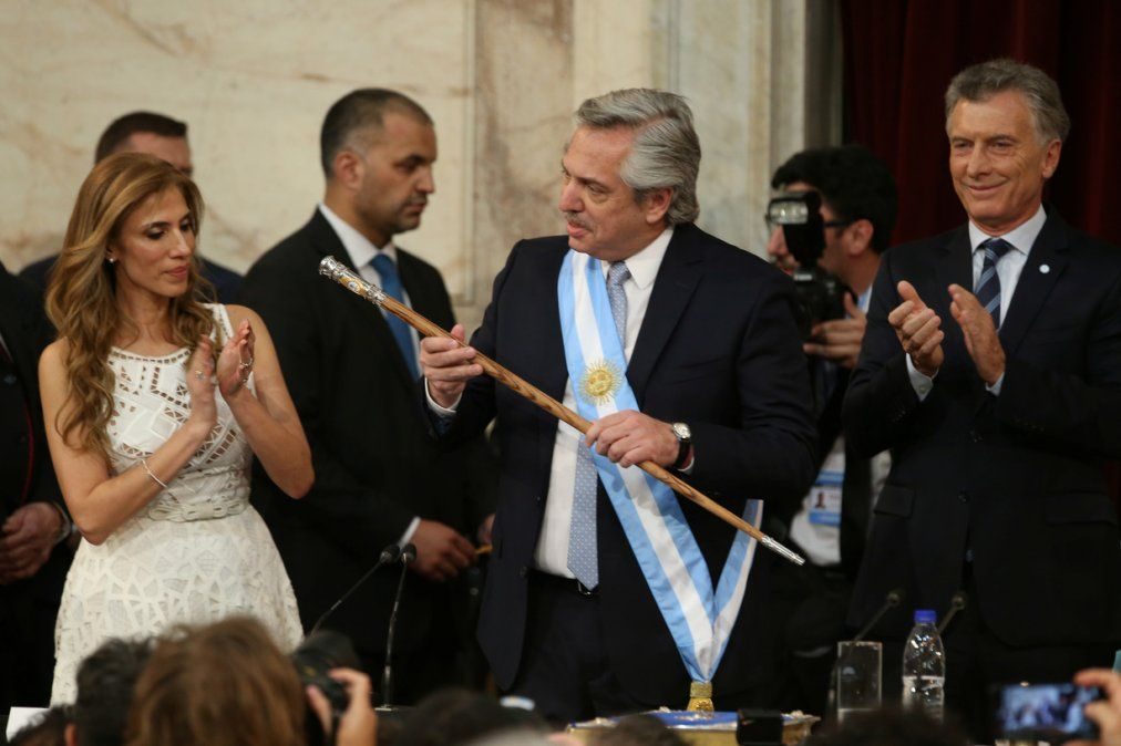 Alberto Fernández con la banda y el bastón presidencial en el Congreso. Foto Infobae