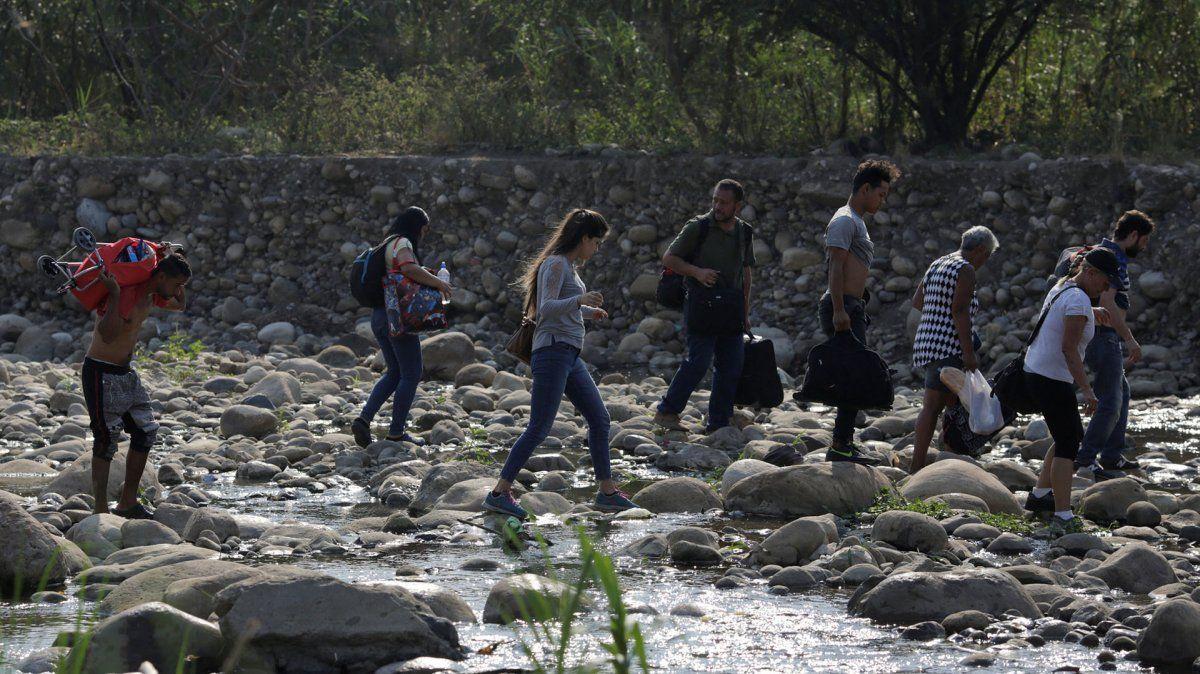 La gente cruza el río Táchira en las afueras de Cúcuta