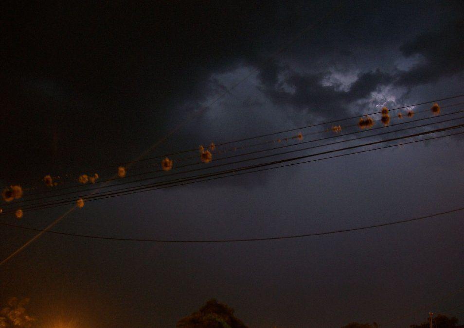 Después de una jornada sofocante, se desató un temporal con viento y lluvia