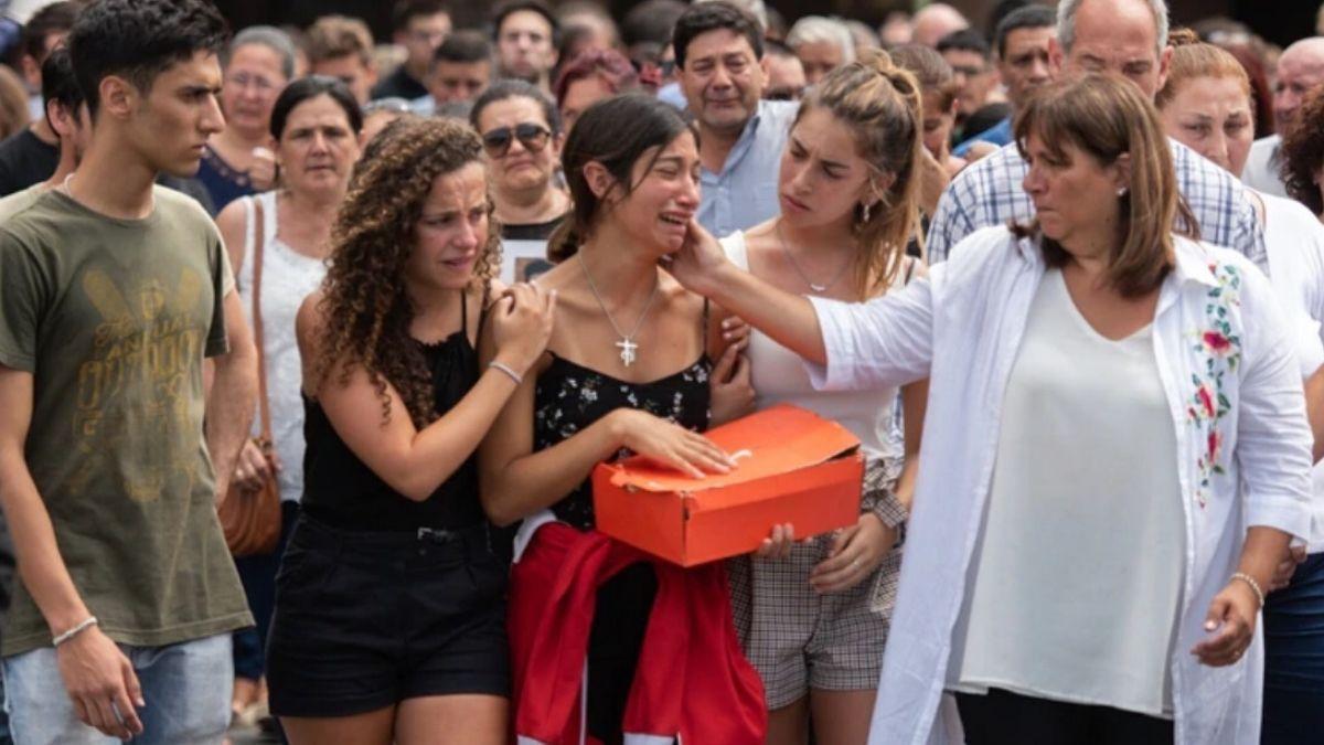 Cementerio de la Chacarita. Julieta Rossien sus manos lleva una caja donde guardaba todos los recuerdos de Fernando.