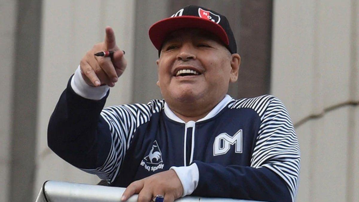 Maradona se encontró con el Trinche Carlovich y le dedicó un camiseta: Fue mejor que yo