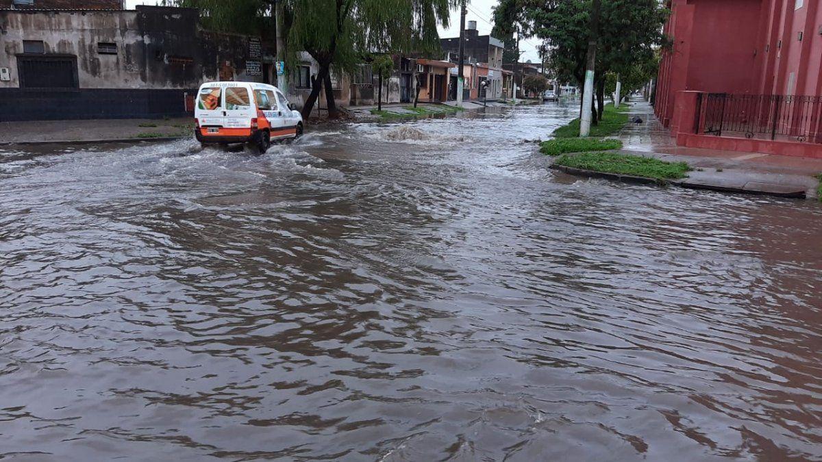 La lluvia cubrió las calles de la ciudad con agua.