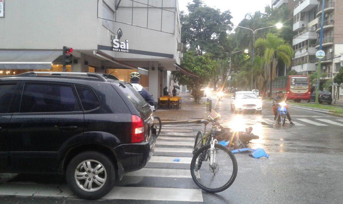 Accidente: hospitalizaron a un motociclista al chocar con un auto