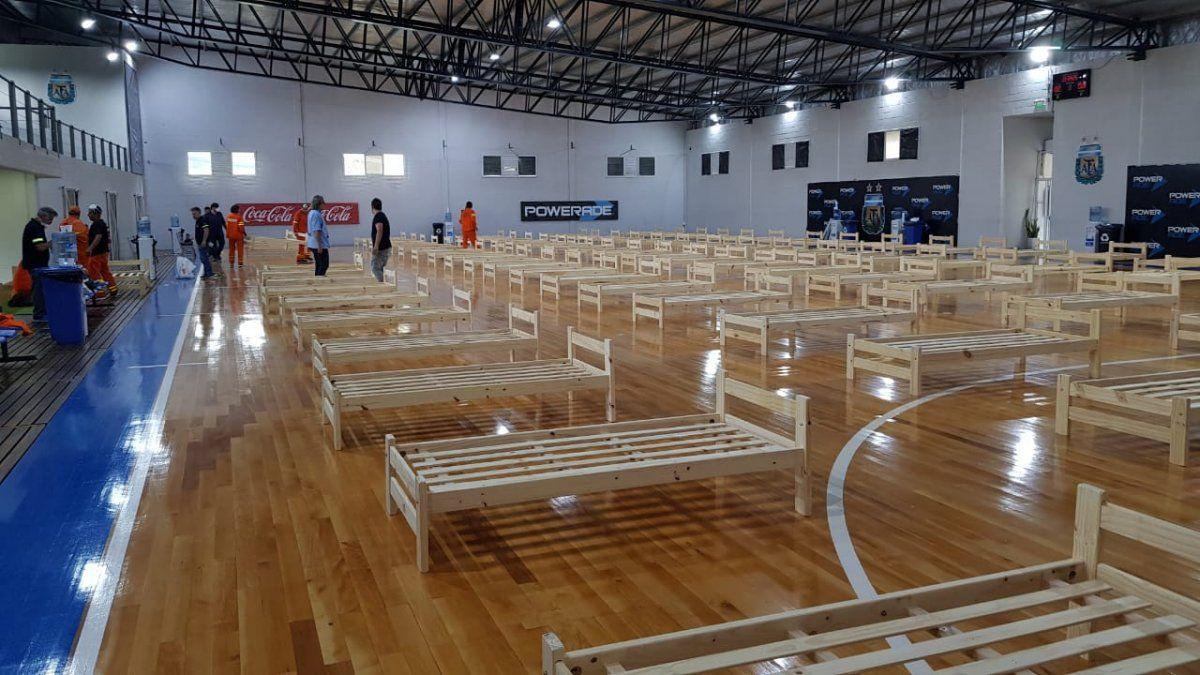 AFA colabora con el armado de camas en elgimnasio de Futsal.