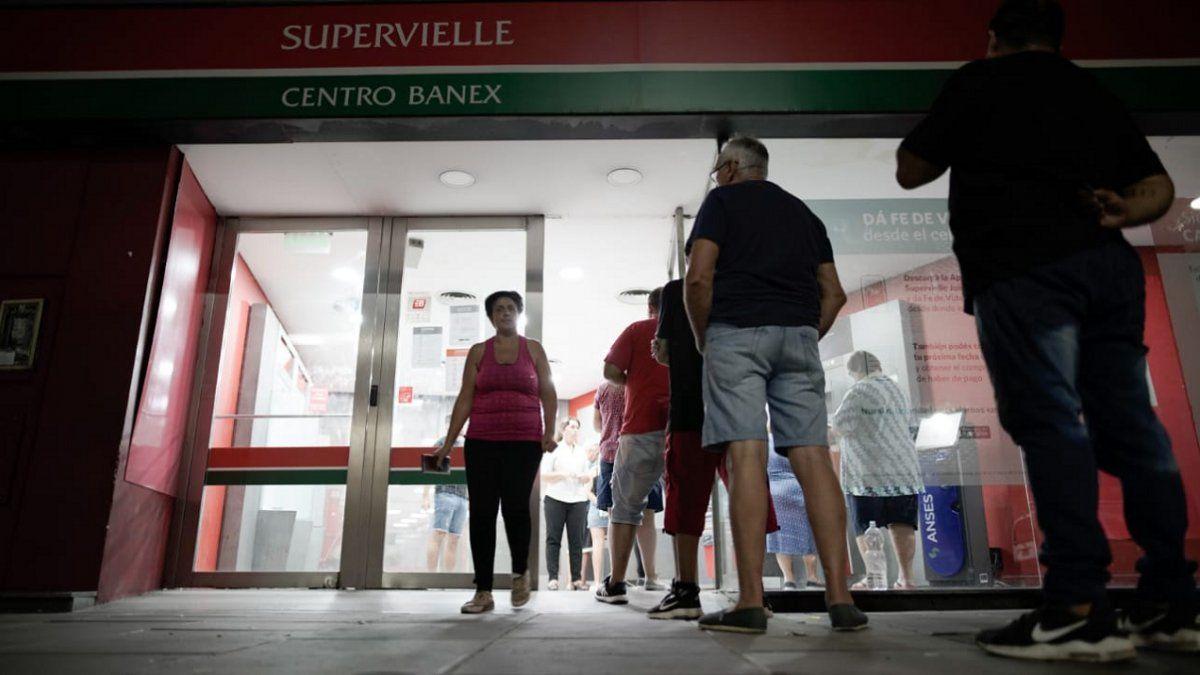 Buscan desalentar la concentración masiva frente a bancos