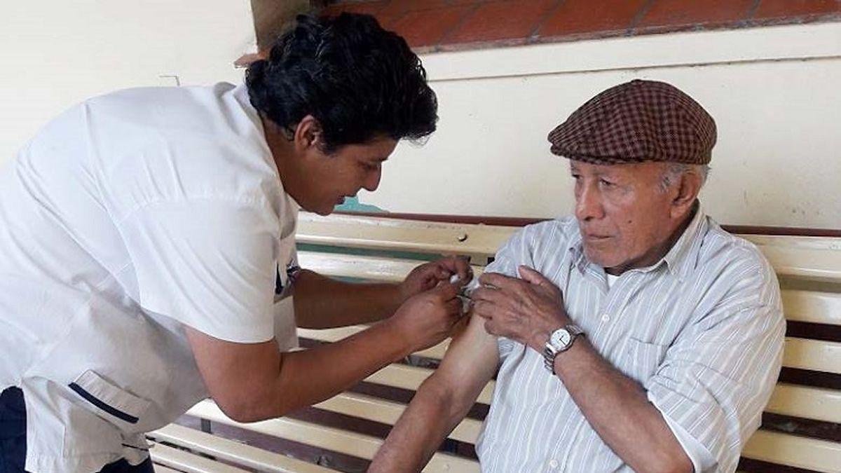Salud vacunará a jubilados que asistan a cobrar en los bancos