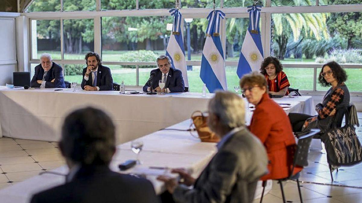 Alberto Fernández junto a Cafiero y el comité de expertos. Foto: Télam.
