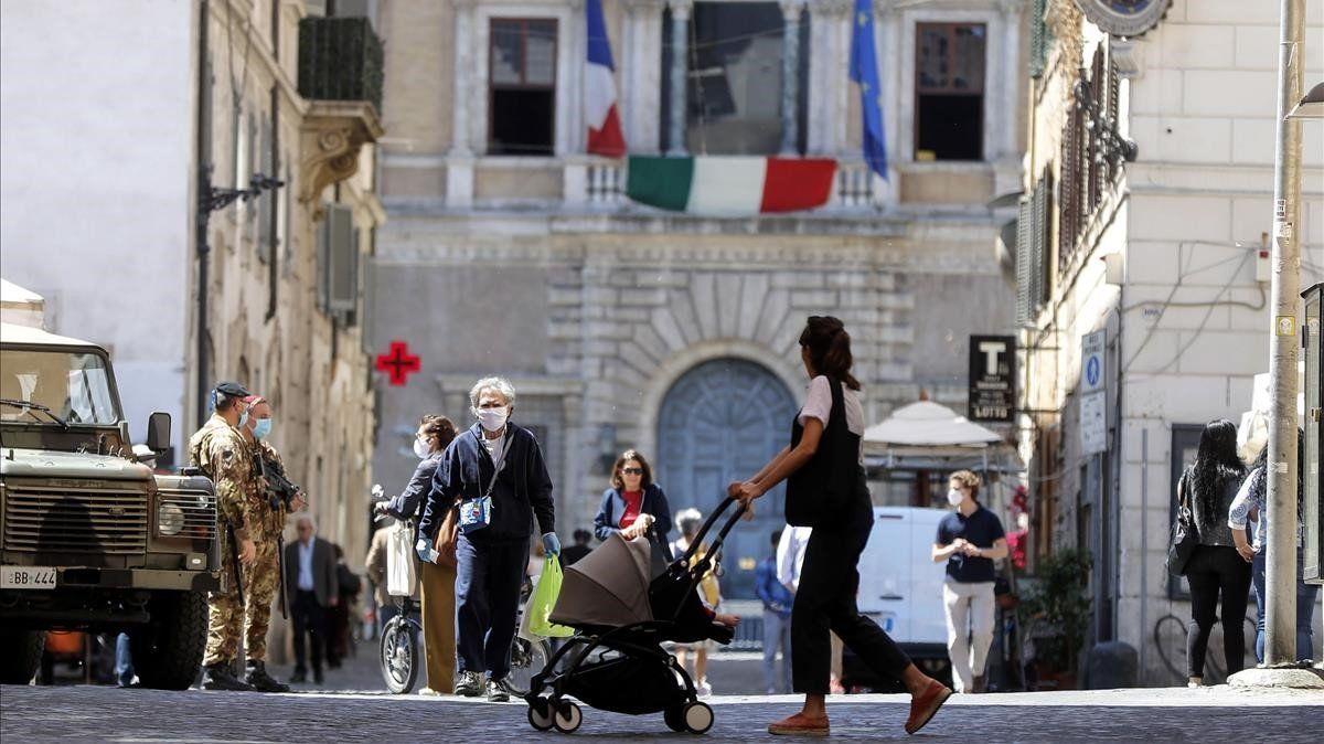 Italia sigue bajando los nuevos casos y reabre actividades