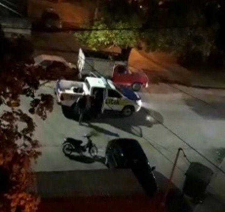 Dos delincuentes escaparon de una camioneta de la Policía