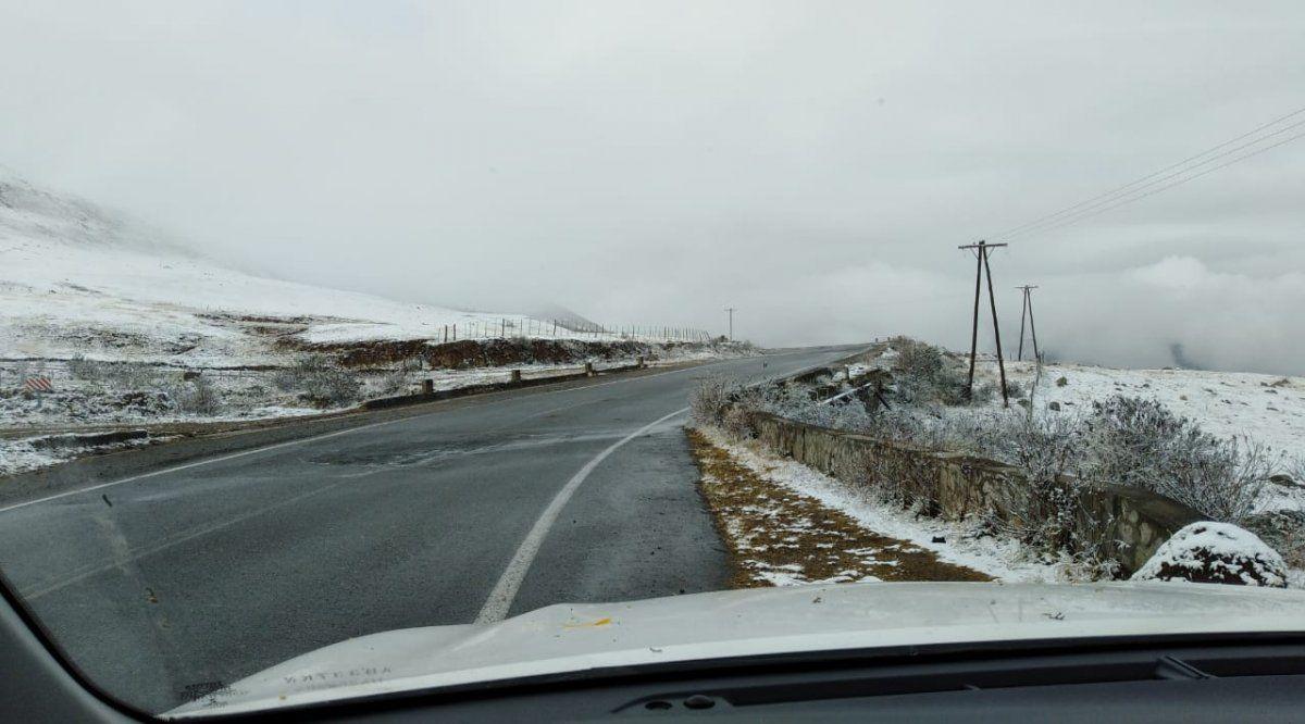 En una jornada fría, nevó en los valles tucumanos