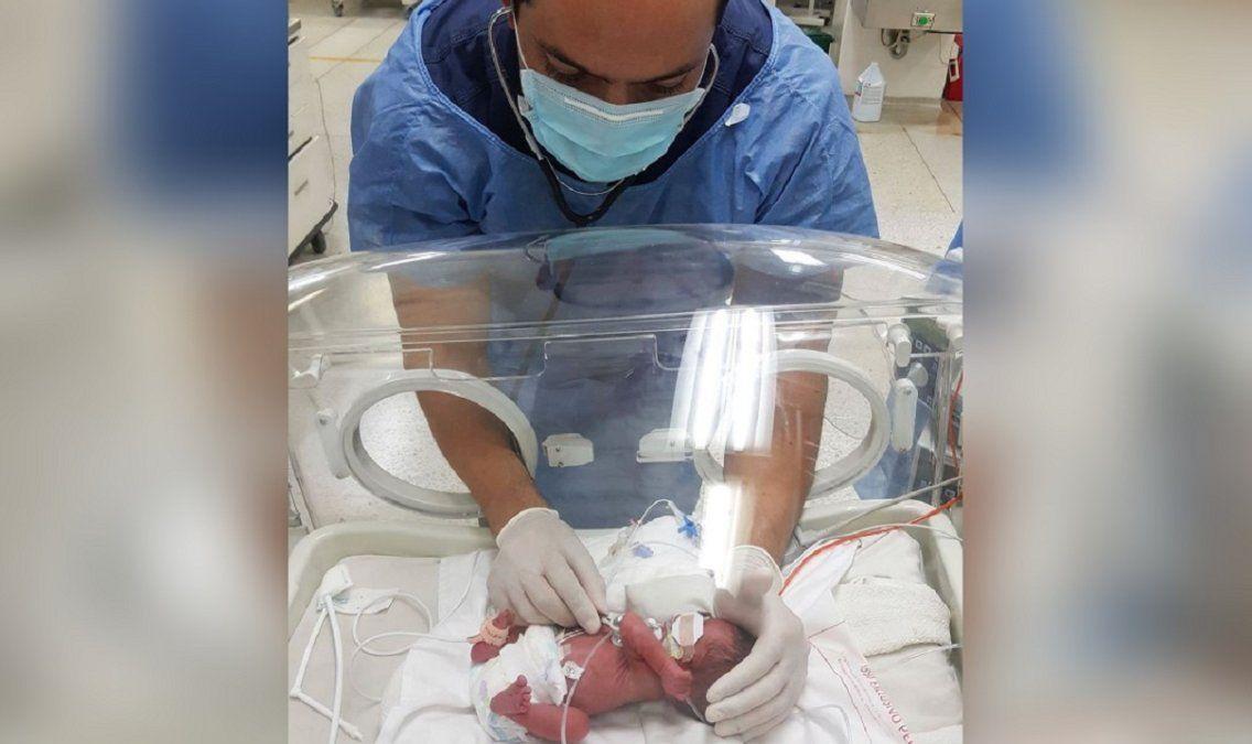 El médico que conmueve por su trato con bebés prematuros