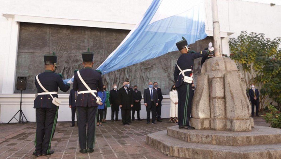 Manzur encabezó el izamiento de la bandera nacional