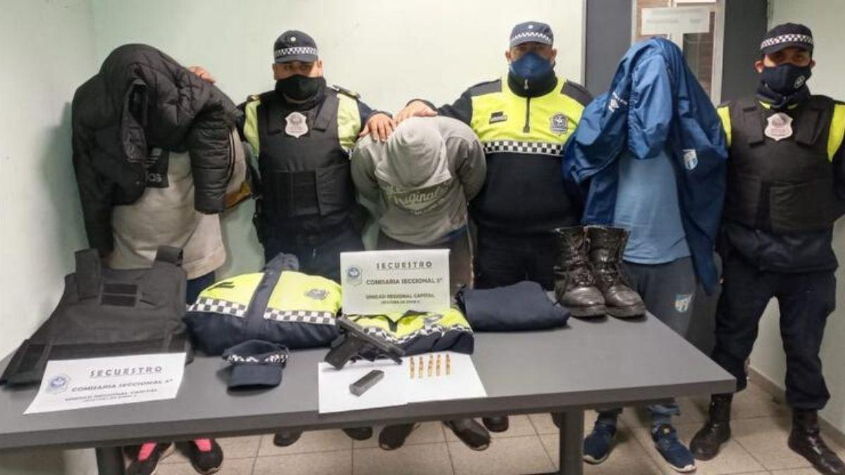 Allanamientos: secuestran uniformes policiales y un arma