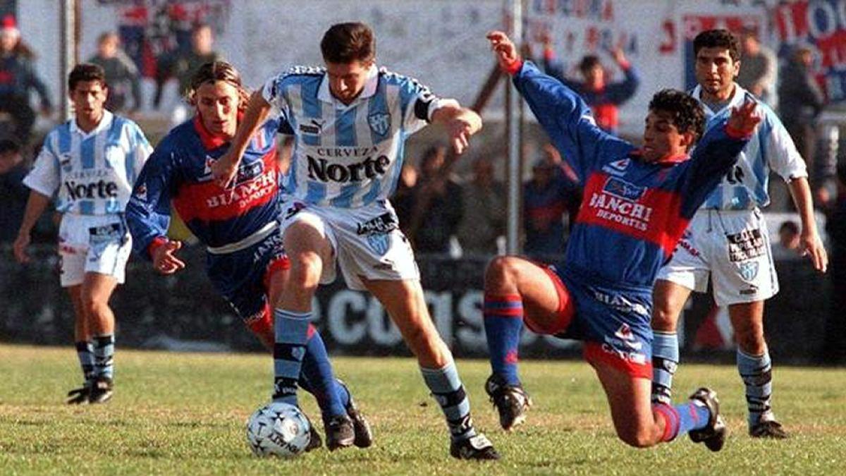 Adrián Czornomaz vistiendo la camiseta de Atlético Tucumán.