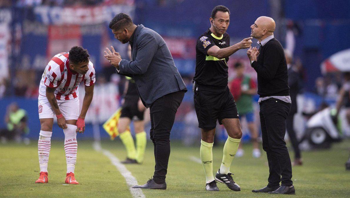 Sergio Gómez le da indicaciones a un jugador de San Martín en medio del partido.