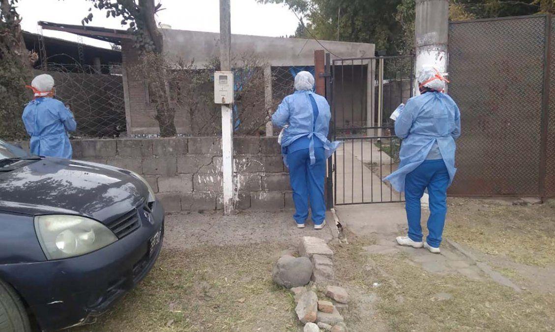 Personal sanitario trabaja en la búsqueda de febriles en Tucumán. Foto MSPT