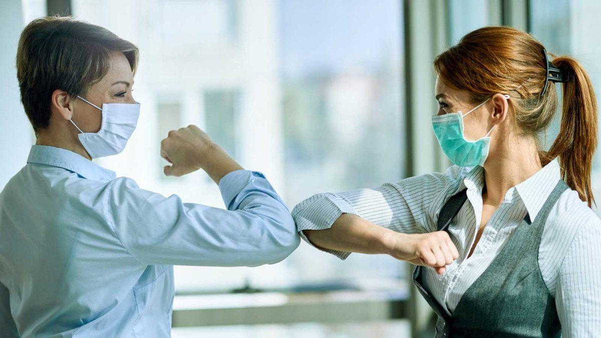 Coronavirus: la OMS ahora desaconseja el saludo con los codos.