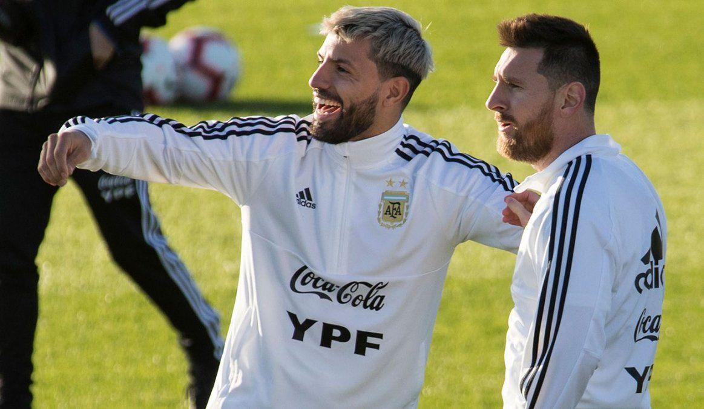 Messi y Kun Aguero serían compañeros en el Barcelona si Leo decide continuar.