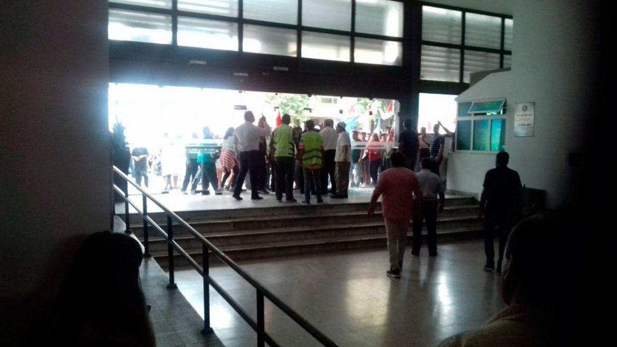 Manifestantes provocaron incidentes en la Municipalidad