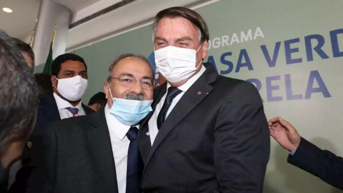 Bolsonaro destituyó a un senador y amigo que escondió reales