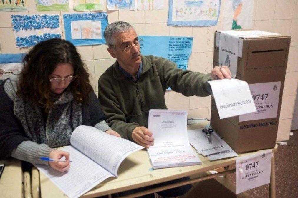 Elecciones: piden que se vacune a las autoridades de mesa antes de las PASO.